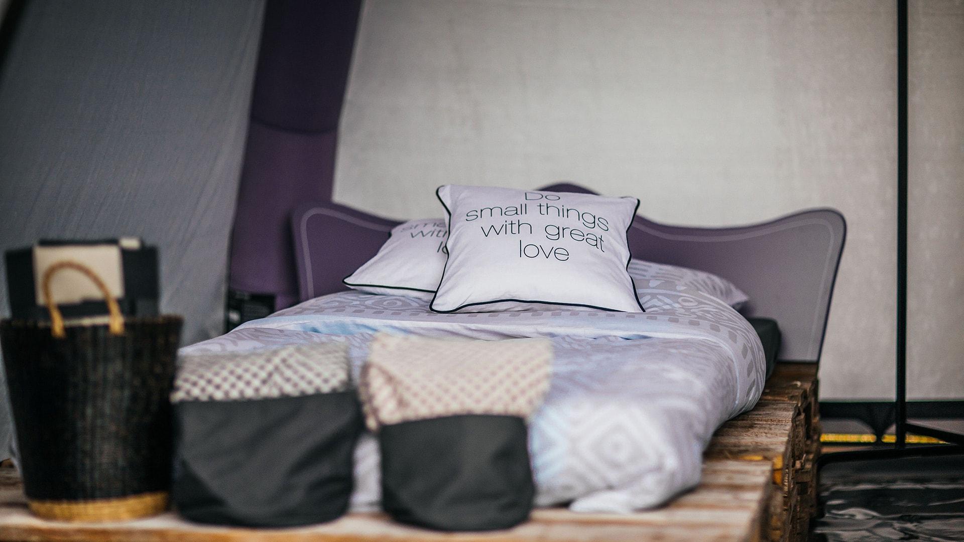 wo entsorgt man alte bettdecken bettw sche wei r schen ebay schlafzimmer komplett neu. Black Bedroom Furniture Sets. Home Design Ideas